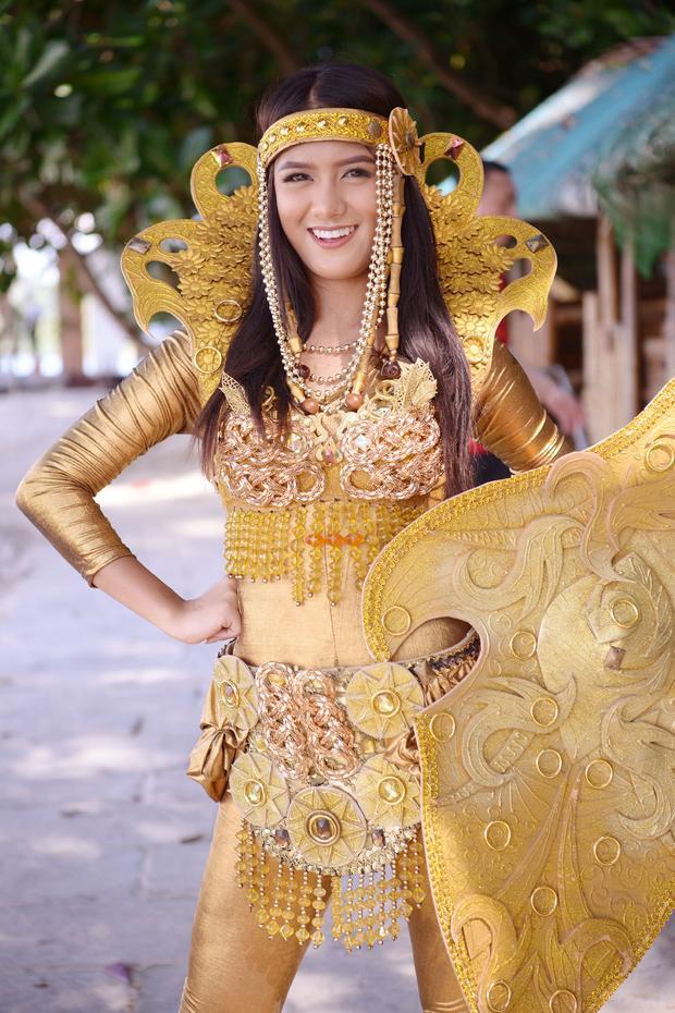 Người đẹp này mang đến bộ quốc phục đặc sắc với gam màu vàng nổi bật được lấy ý tưởng từ các nữ chiến binh.