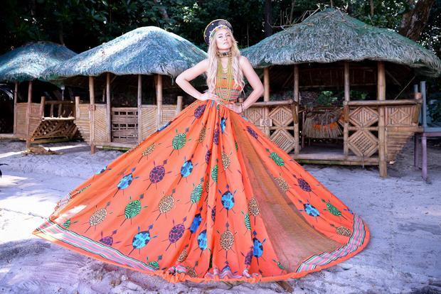 """Đại diện Nam Phi chung ý tưởng lựa chọn gam màu đỏ nhằm nổi bật giữa """"rừng nhan sắc"""". Cô còn gây ấn tượng với kích thước của chiếc chiếc váy xòe có đường kính hơn 4m."""