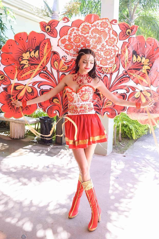 Hoa hậu Nga lại lựa chọn bộ quốc phục mang gam màu đỏ rực rỡ với những họa tiết, hoa văn trang trí cách điệu từ những biểu tượng truyền thống.