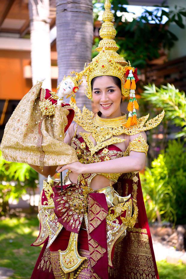 Người đẹp Thái Lan đem đến cuộc thi bộ trang phục lộng lẫy với các chi tiết được lấy ý tưởng từ chùa chiền cùng các vũ điệu đặc trưng của đất nước.