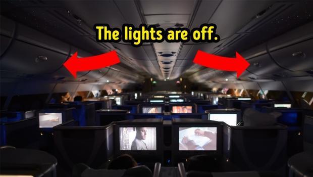 2. Đèn máy bay mở khi hạ cánh vào ban đêm cũng là có chủ đích: Điều này giúp điều chỉnh tầm nhìn ban đêm của hành khách. Vì trong trường hợp khẩn cấp, việc mở đèn sẽ bị cấm. Khi đó hành khách đã quen với bóng tối và sẽ di chuyển nhanh chóng hơn.