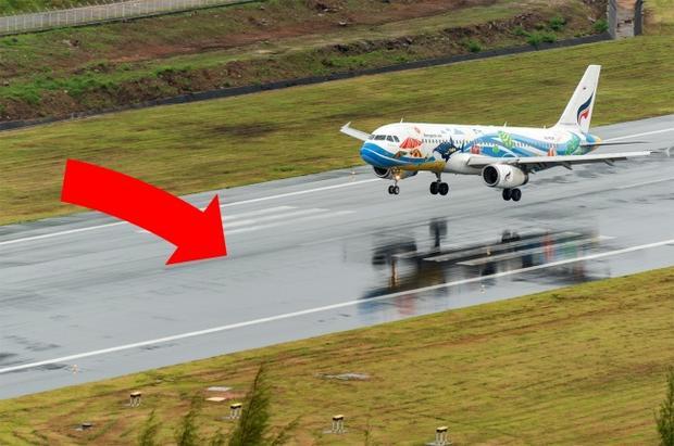 """3. Đôi khi, một cú hạ cánh mạnh là do có chủ đích: Khi bạn đi máy bay, có thể bạn sẽ trải nghiệm một cú hạ cánh thật mạnh trong thời tiết xấu. Điều nay không phải do yếu kém trong kĩ năng của phi công, mà thỉnh thoảng là do họ cố tình làm thế. Giả sử đường băng đang bị ngập nước, máy bay sẽ phải đáp mạnh nhằm """"xẻ đôi"""" mặt nước để tránh hiện tượng nêm thủy lực (hiện tượng bánh xe bị giảm độ bám với mặt đất, có thể gây mất lái dẫn đến tai nạn chết người)."""
