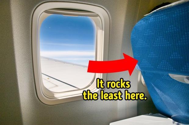 """5. Vị trí ngồi tốt nhất là gần cánh máy bay: Một chiếc máy bay đang bay có thể được ví như bập bênh, luôn rung chuyển và lắc lư. Và vị trí phía sau là nơi chịu rung lắc nhiều nhất. Vậy nên nếu bạn muốn có một chuyến bay """"bình yên"""" thì vị trí ở gần cánh là lựa chọn lý tưởng."""