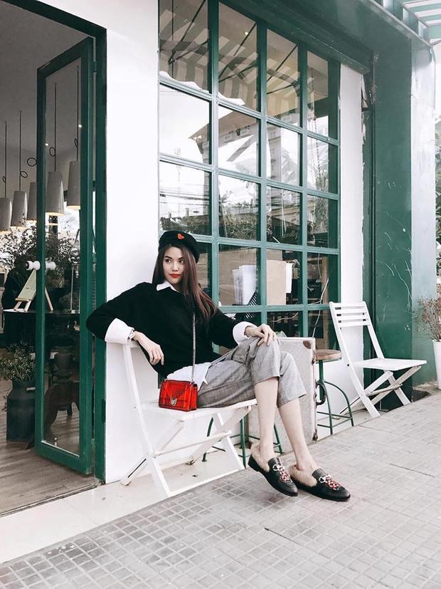 Lan Khuê cũng lựa chọn phong cách menswear với set đồ gam màu trung tính. Cô kết hợp áo sweater cùng sơ mi và quần tây kẻ ô. Tuy nhiên, người đẹp thể hiện sự tinh tế khi đồng điệu màu sắc giữa chiếc túi Dior và họa tiết hình rắn trên mẫu giày loafer của Gucci.