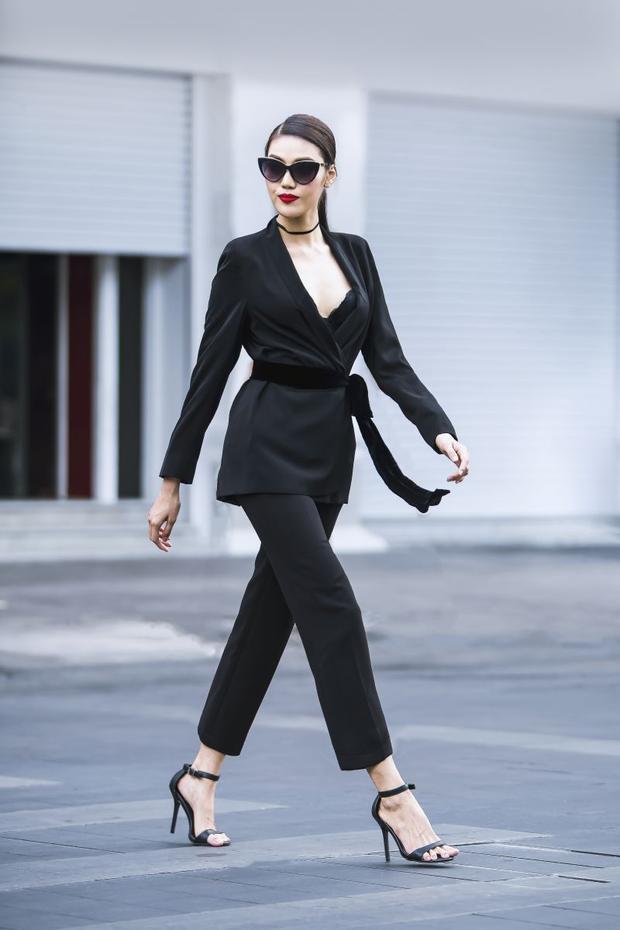 Diện nguyên cây vest đen dài với phần cổ áo rộng khoe nội y, điểm nhấn chính là cách trang điểm nhấn mạnh bờ môi đỏ rực. Lan Khuê trong trang phục rất gợi cảm nhưng cũng không kém phần mạnh mẽ.