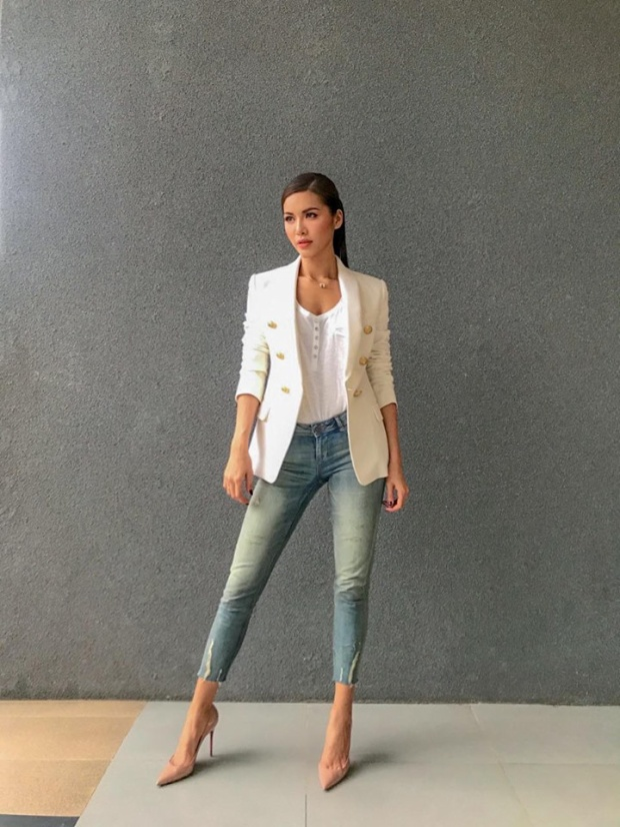 Set đồ khá đơn giản với áo thun H&M mix cùng vest Balmain, quần jean Zara và giày cao gót tone nude. Trang phục không chỉ giúp Minh Tú nổi bật mà còn giúp cô khoe khéo vóc dáng gợi cảm.