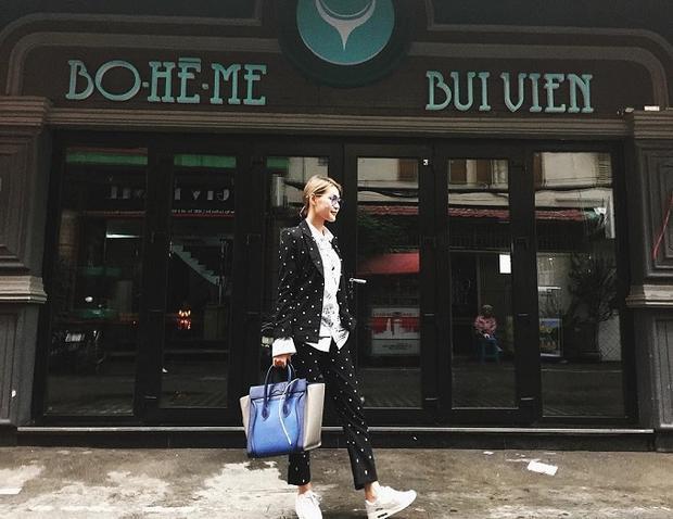 Diệp Linh Châu chọn giày thể thao khỏe khoắn khi diện bộ suit đen chấm bi nổi bật.