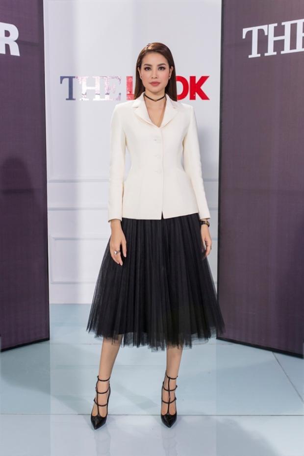 """Không đi theo số đông, hoa hậu Phạm Hương táo bạo khi kết hợp vest cùng chiếc váy lưới xòe bồng """"bánh bèo"""" tưởng không hợp mà hợp không tưởng với chiếc áo vest."""