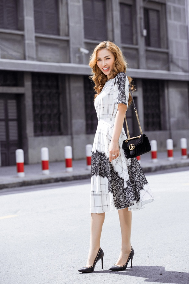 Những chiếc váy suông có điểm nhấn thắt ở vùng eo trong chất liệu nhẹ nhàng với những họa tiết đơn giản kết hợp túi xách nhỏ nhắn giúp chân dài nổi bật trên đường phố Sài Gòn trong những ngày cuối năm.