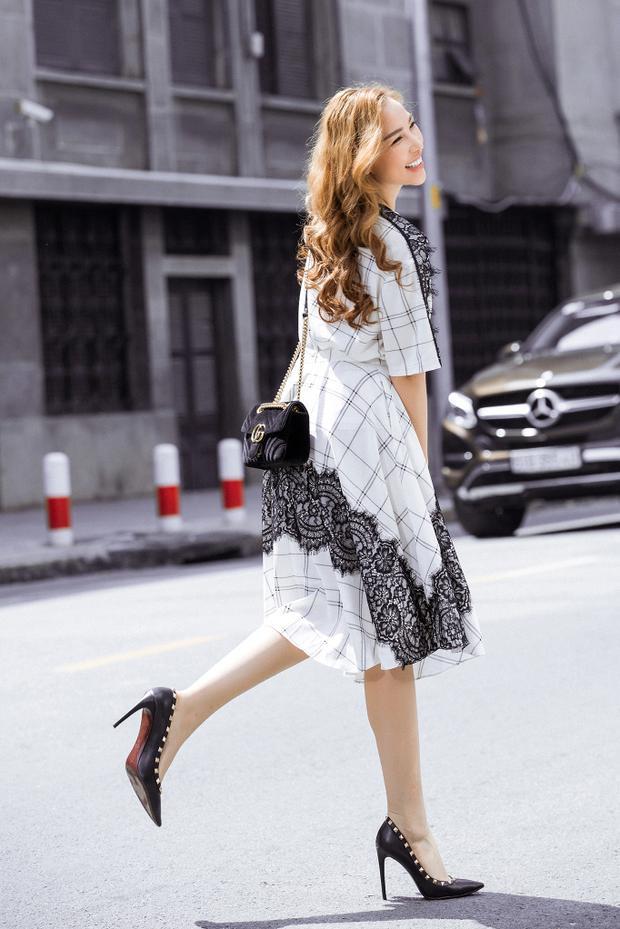 Lợi thế của dáng váy suông là giải phóng cơ thể, thuận tiện di chuyển và tạo cảm giác thoải mái cho người mặc. Nhữngchất liệu mềm rũ của lụa tạo độ thướt thamỗi khi di chuyển mà vẫn đảm bảo sự nhẹ nhàng, mát mẻ, đủ để làm điệu trong những ngày đầy nắng.
