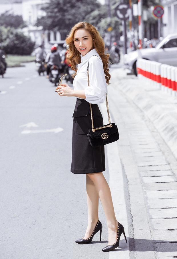 Đi theo khuynh hướng thanh lịch và hiện đại, các mẫu váy được xây dựng trên tông đen trắng với điểm nhấn độc đáo. Với lợi thế hình thể, người đẹp dễ dàng phù hợp với mọi kiểu trang phục.