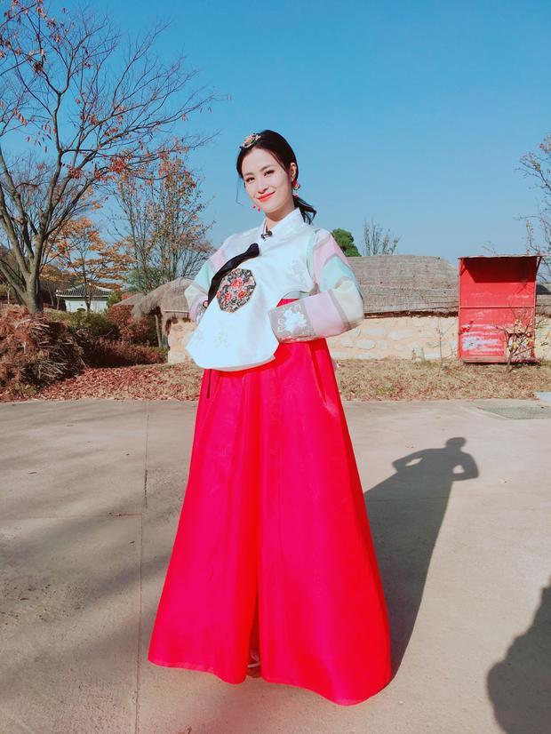 Về phía team Người đẹpcủa Đông Nhi và NaWhan có một ngày trải nghiệm thú vị ở Làng cổ Văn hoá Cheongju. Tại đây, hai nữ ca sĩ xinh đẹp có cơ hội diện bộ hanbok truyền thống của Hàn Quốc.