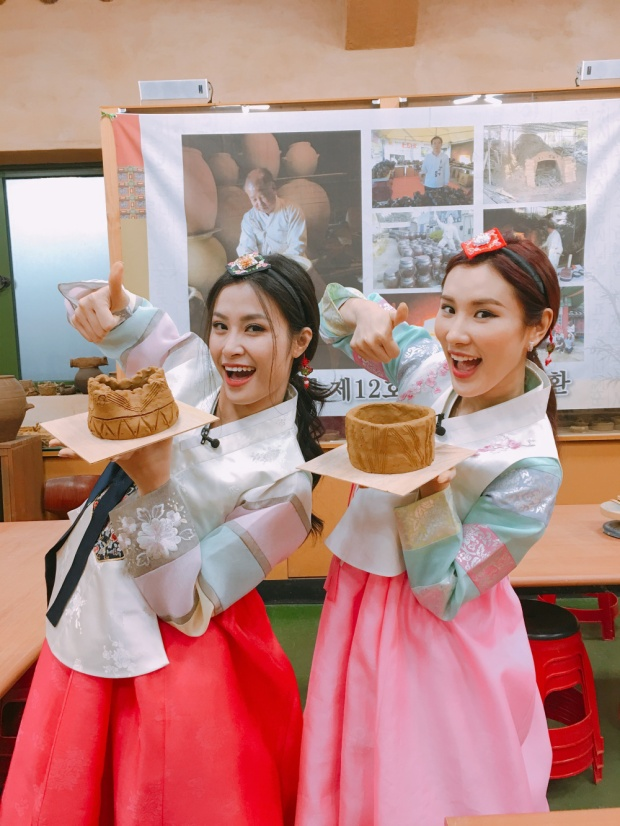 Đặc biệt, Đông Nhi lần đầu tự tay thực hiện công việc làm gốm sứ.