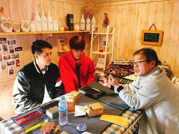 Ông Cao Thắng và Lục Huy chăm chú lắng nghe, thực hiện theo lời hướng dẫn của nghệ nhân làm con dấu. Cuối cùng, cả hai hoàn thành tốt thử thách.