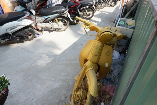 Cạnh chiếc xe máy cũ được sơn để trưng bày tại đây bị bụi phủ kín, bên dưới đầy lá rụng, rác vứt bừa bãi.