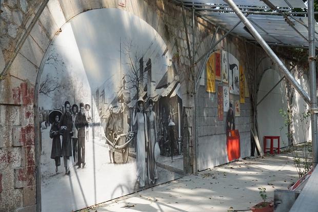Tuy nhiên, việc vẽ tranh đã tạm dừng nhiều ngày nay. Đoạn phố nơi thực hiện dự án ngổn ngang kèo cột, rào chắn.