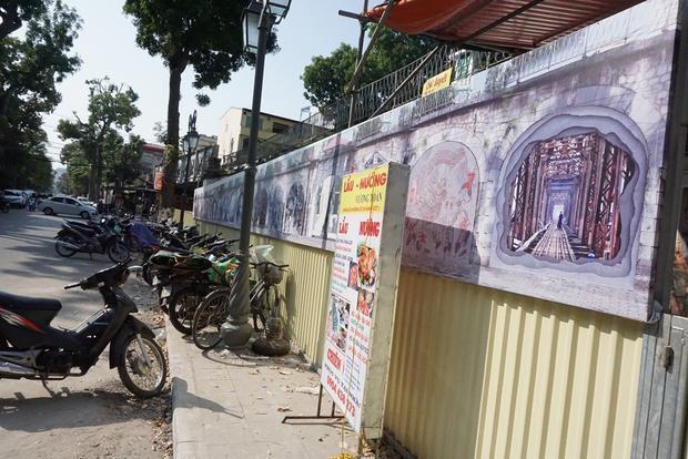 Trước đó, đại diện Sở VHTT Hà Nội và UBND quận Hoàn Kiếm cho biết, các bức tranh cần chỉnh sửa vì có nhiều chi tiết không phù hợp.