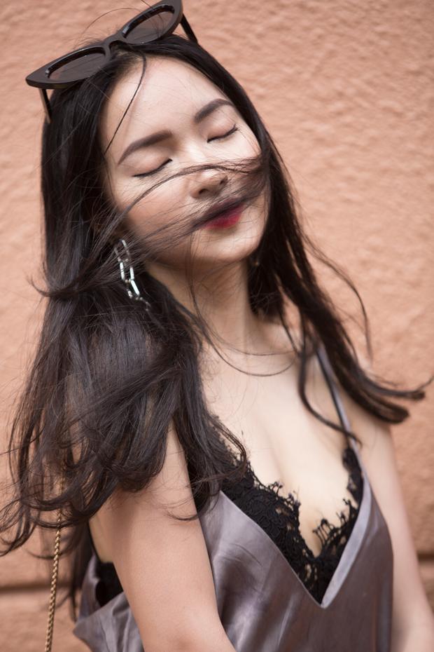 Nhược điểm trên gương mặt Châu Bùi là vầng trán khá rộng so với tổng thể khuôn mặt. Tuy nhiên, vẻ đẹp của cô nàng chưa bao giờ bị ảnh hưởng bởi yếu tố này. Người đẹp Hà thành còn được đánh giá sẽ là gương mặt vô cùng hứa hẹn trong giới trẻ và làng giải trí Việt.