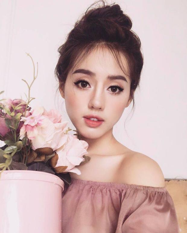"""Khánh Linh - được nhiều công chúng biết đến khi tham gia chương trình The Face Việt Nam mùa 2. Tuy nhiên, trước đó cô nàng cũng đã nổi danh với tên gọi """"Nữ hoàng Lookbook"""" với vô vàn bộ ảnh chụp cho các shop quần áo."""