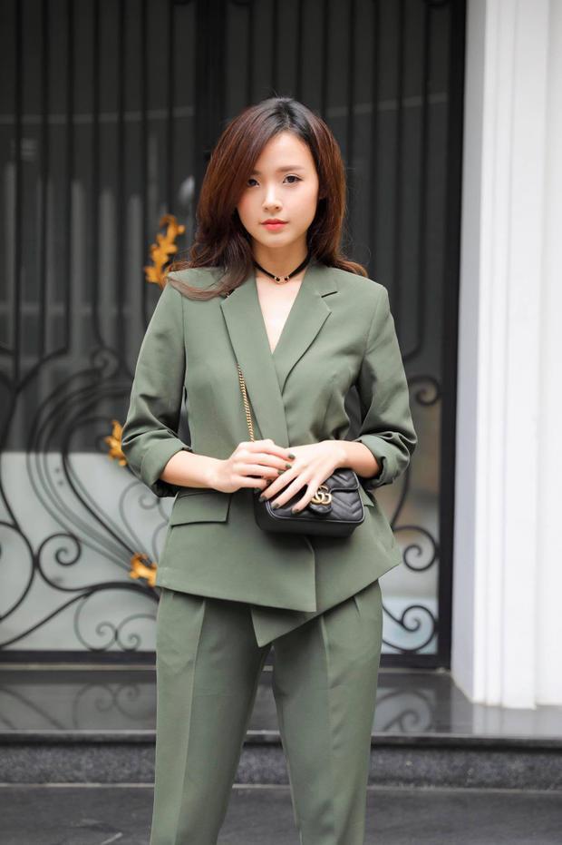 Trong một nỗ lực thay đổi diện mạo gần đây, Midu mặc cây vest màu xanh rếu xuống phố. Nhưng phong cách trang điểm và chiếc vòng choker lại khá yểu điệu không hợp với bộ đồ này. Mong là Midu cứ phát huy tiếp những sáng tạo, đột phá trong tương lai để có được hình ảnh mới mẻ, quyến rũ hơn.