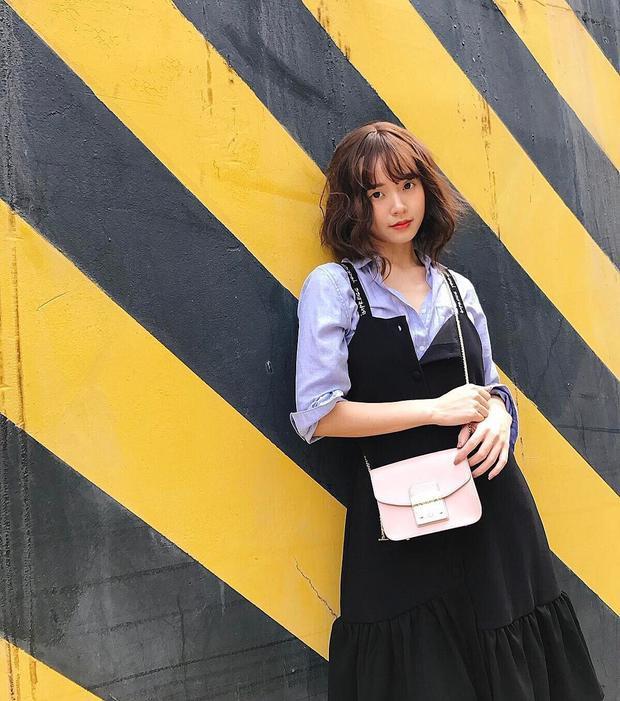 Midu có một lợi thế là gương mặt xinh đẹp trẻ hơn tuổi thật. Nhưng cũng không hẳn là tốt khi cô cứ mãi giữ phong cách street style ngây thơ với váy hạ eo xòe bồng thế này.