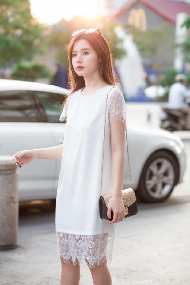 Ngay cả street style thì Du cũng không thể bỏ qua kiểu váy ren điểm xuyết bất thình lình ở tay hay ở gấu váy, nói chung là phải có ren.