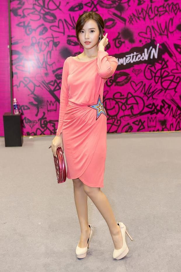 Nếu không phải là ren thì sẽ là một bộ váy trơn màu đơn điệu thế này.