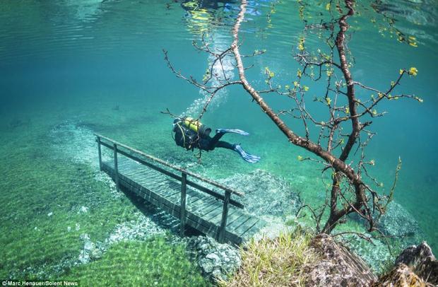 Kỳ ảo công viên bị nhấn chìm dưới 12 mét nước cấm người lui tới