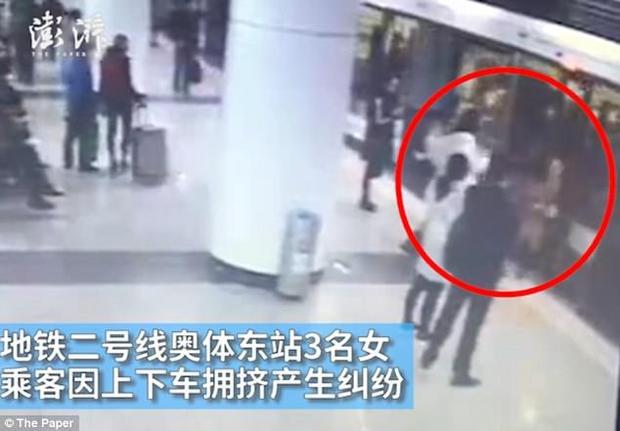 Bức xúc vì bị đẩy xuống khỏi tàu, hai người phụ nữ đã cố ý đá vào bụng người phụ nữ mang thai.
