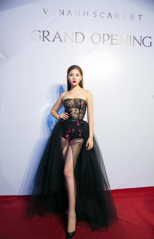 Trong một lần khác, Chúng Huyền Thanh tự tin diện váy xẻ cao khoe đôi chân thon dài.