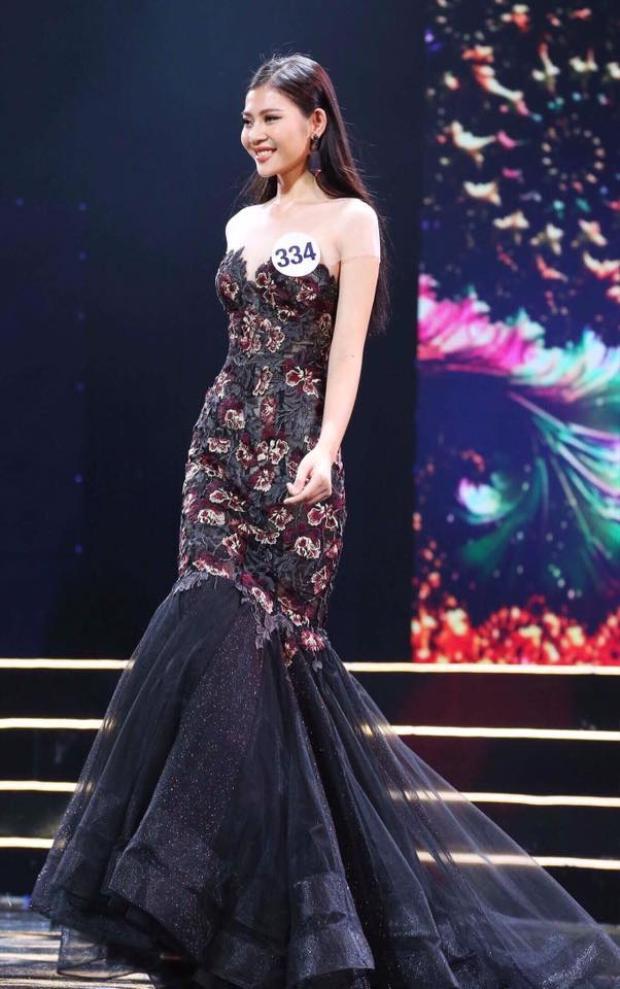 Với thân hình chuẩn, Chúng Huyền Thanh thường tự tin xuất hiện tại cuộc thi Hoa hậu Hoàn vũ Việt Nam với bộ đầm đuôi cá.