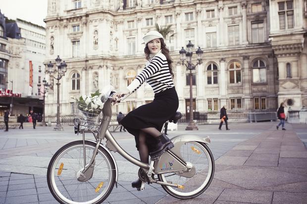 Cách lựa chọn chân váy có độ ôm vừa phải cùng chất liệu co giãn giúp người đẹp sinh năm 1982 thoải mái hoạt động.
