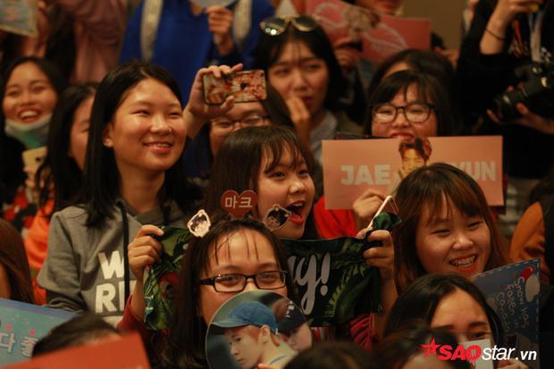 Những người hâm mộ may mắn có mặt trong buổi họp báo cực kỳ phấn khích trước sự xuất hiện của NCT 127.