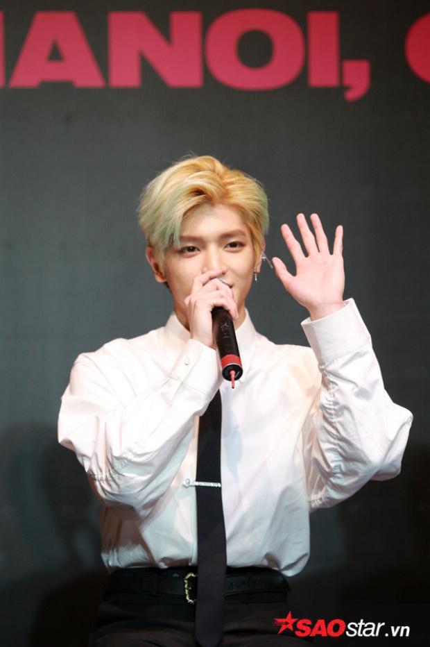 Khoảnh khắc Taeyong giơ tay vẫy chào khiến fan hưng phấn tột độ.