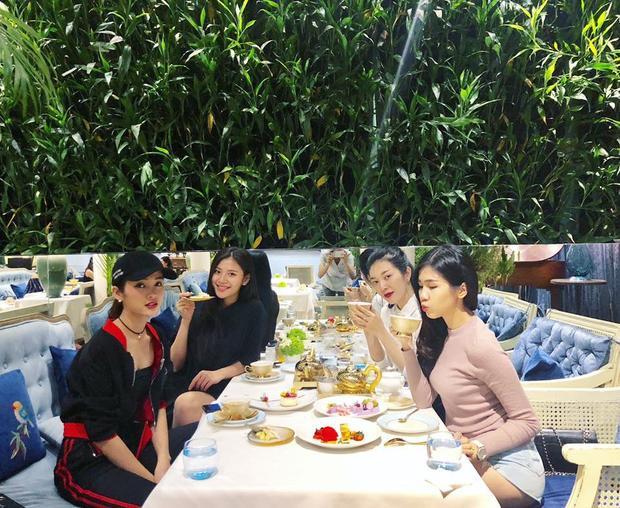 Chúng Huyền Thanh cùng Mỹ Duyên, Thiên Hương và Phương Đài vui vẻ hẹn hò cà phê.
