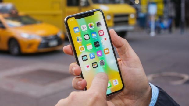 Ở phân khúc chính hãng, sức quan tâm của thị trường dành cho iPhone X không kém iPhone 8/8 Plus.