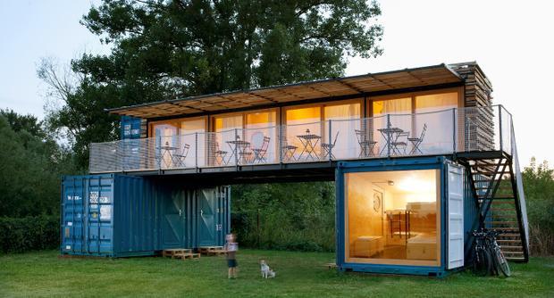 Một công ty kiến trúc ở Cộng hòa Séc đã thiết kế một nhà nghỉ nhỏ gọn và đơn giản từ 3 chiếc container có thể dễ dàng di chuyển theo mùa. Ảnh: Michal Hurych