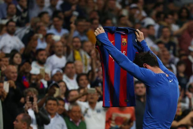 Messi khiến SVĐ Bernabeu chìm trong câm lặng sau khi ghi bàn nhấn chìm Real Madrid.