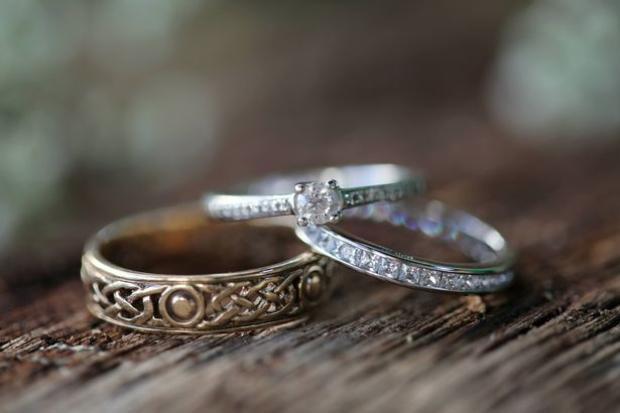 Chiếc nhẫn do chính tay chồng của Calie Christie Campbell thiết kế.