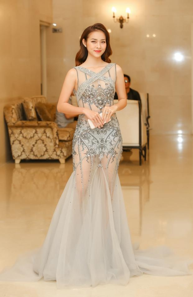 Chiếc váy có gam màu nude nhẹ nhàng cùng những đường cắt cúp, đính kết tinh tế giúp người mặc khoe trọn số đo hình thể mà không hề phản cảm.