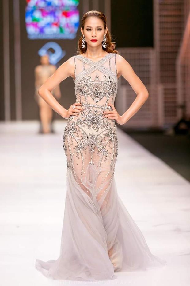 """Chiếc váy là tác phẩm của NTK Đỗ Long, nằm trong BST """"Amphetamin"""", được trình làng trên sàn diễn Vietnam International Fashion Week xuân hè 2017. BST lấy cảm hứng từ những người phụ nữ quyến rũ, độc lập."""