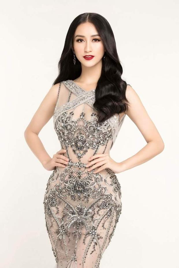 Hà Thu đã từng mặc chiếc váy xuyên thấu này thực hiện bộ ảnh chuẩn bị cho cuộc thi Miss Earth 2017. Với chiều cao 1m71 cùng số đo 3 vòng chuẩn, đại diện Việt Nam toát lên nét gợi cảm, quyền lực.