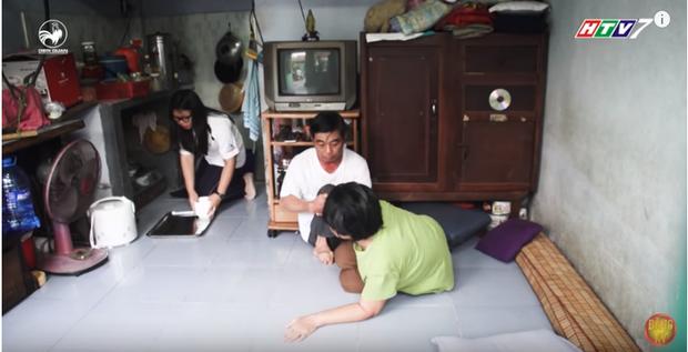 Châu là người thay cha chăm sóc mẹ ở nhà mỗi khi rảnh rỗi.