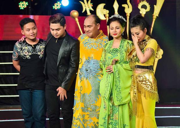 Gia đình Duy Phương trên sân khấu.