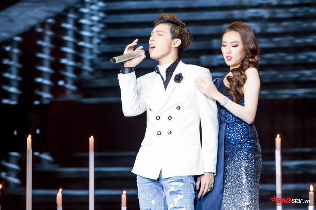 Sân khấu màn trình diễn của cặp đôi được thiết kế lãng mạn với những ngọn nến lung linh.