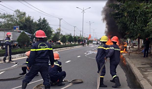 Lực lượng PCCC có mặt để khống chế đám cháy.