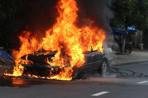 Chiếc ô tô bốc cháy dữ dội giữa đường.