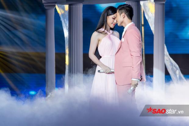 Bỏ quên công chúa Hoà Minzy, Mai Tiến Dũng siêu tình tứ bên MC Hoàng Oanh