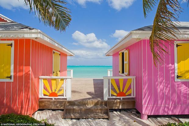 Caribbean: Mặc dù vừa phải hứng chịu hai trận siêu bão Irma và Maria, vùngCaribbean vẫn luôn là điểm đến ưa thích của du khách trong mùa đông nhờ vào khí hậu ấm áp quanh năm. Trong ảnh là những ngôi nhà rực rỡ màu sắc dọc theo bờ biển quần đảo Turks và Caicos.