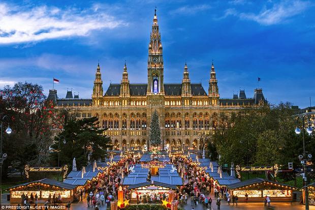 Vienna: Khu chợ Giáng sinh tại thủ đô Vienna của nước Áo là địa điểm hoàn hảo để trượt tuyết và thưởng thức rượu vang gluhwein truyền thống. Trang National Geographic cũng gợi ý thêm rằng nếu bạn đến đây vào dịp năm mới, hãy thử ghé những quán cà phê, ăn món schnitzel và tham quan nhà hát Opera Quốc gia Viên.